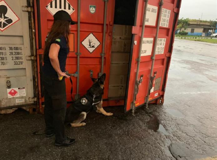 Een van de containers waarin door geurhonden cocaïne werd ontdekt.