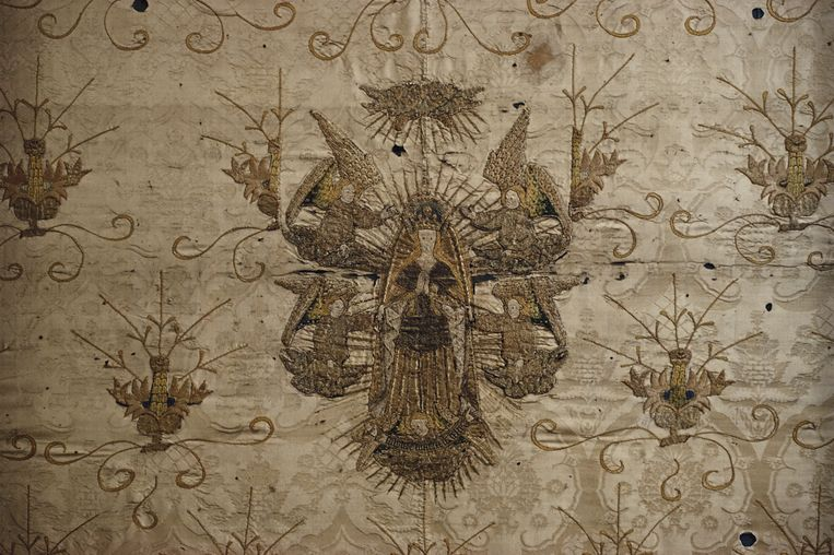 A detail from a 15th century silk damask altar hanging in St James church Chipping Campden, Gloucestershire, England, October 1989. (Photo by RDImages/Epics/Getty Images) Beeld Getty