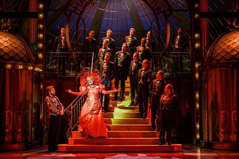 Simone Kleinsma als Dolly in de musical Hello, Dolly! Beeld null