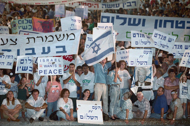 September 1993: aanhangers van Vrede Nu vieren de ondertekening van de Akkoorden van Oslo met een demonstratie in Tel Aviv. Beeld David Rubinger / CORBIS