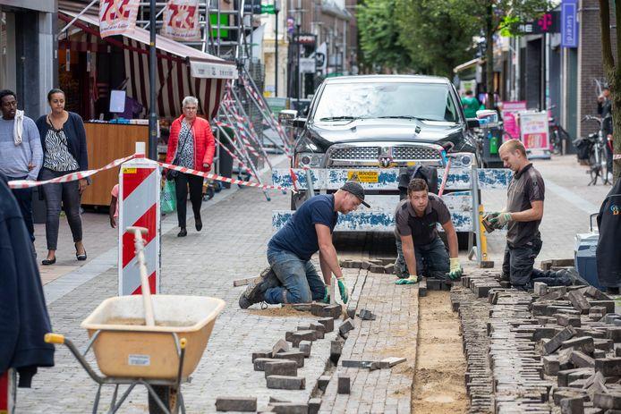 De stratenmakers in actie in de Hoogstraat.