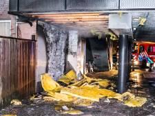 Bewoners uit huis gehaald na brand in doorgang onder flat