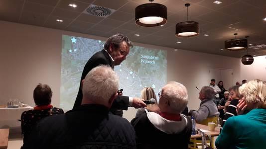 Christ Eijmberts uit Schijndel wordt door Laurens van Voorst van Hart geïnterviewd over bouwplannen in de Kloostertuin.