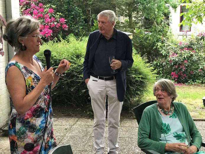 Oud-wethouder Fons Asselbergs, geflankeerd door Barbara Houwes (l) en ex-gedeputeerde Thea Poortenaar.