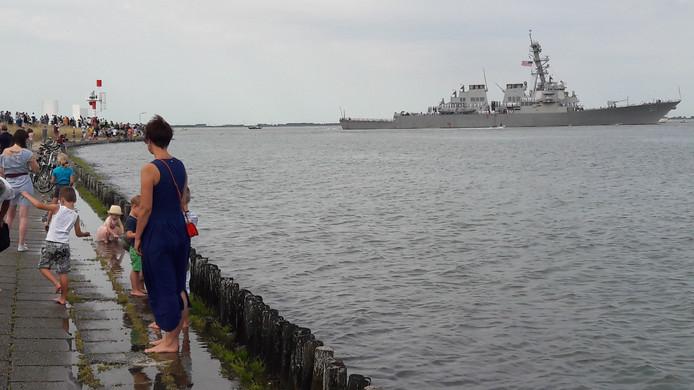 Kinderen spelen gewoon in het water tijdens vlootschouw.