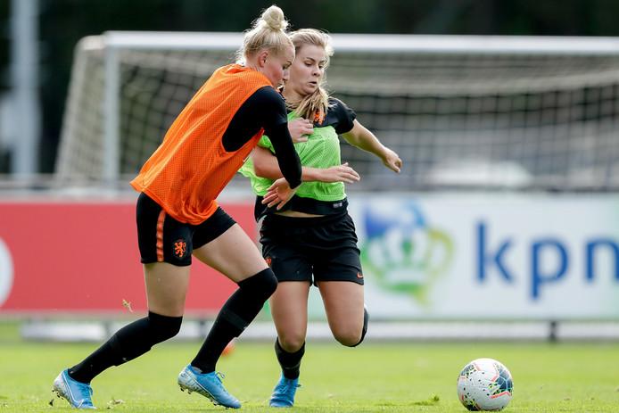 Danique Kerkdijk in duel met Victoria Pelova.