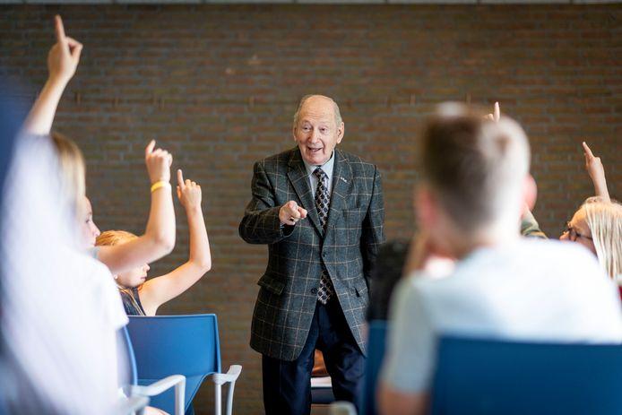 De Joodse onderduiker Joop Levy vertelt de leerlingen van groepen 8 van Iemenschelf en De Esch over zijn leven.