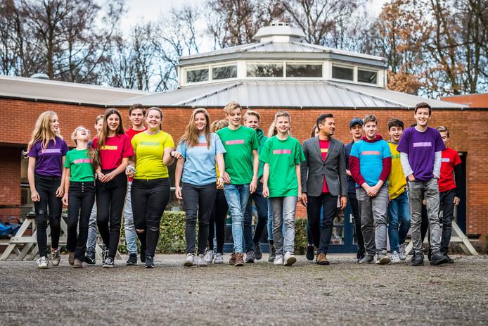 Een klein deel van de groep InDifferent op het Dorenweerd College in Doorwerth. De man met het grijze jasje is docent Elmar Noteboom.