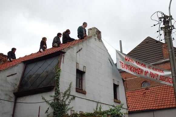 Om te verhinderen dat huizen gesloopt werden, werden daken bezet gehouden in augustus 2008