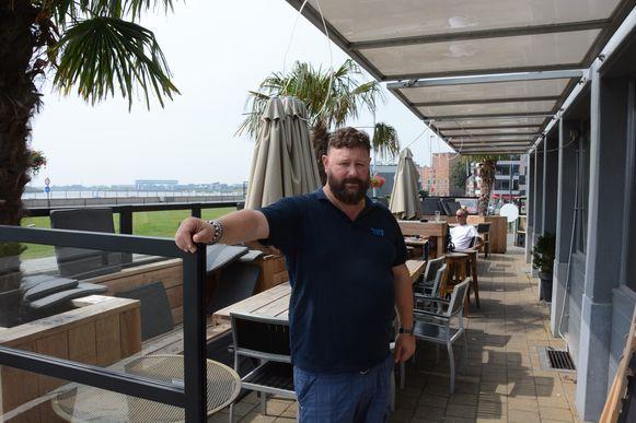 Cafébaas Ivo Van Kerckhoven op het nieuwe terras van De Kaailopers.