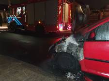 Buurtbewoners melden wegrennende mensen na autobrand in Amersfoort