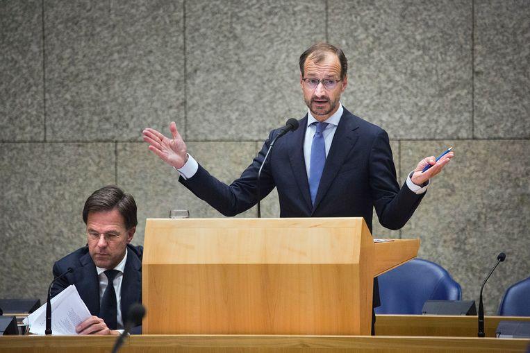 Premier Mark Rutte en Eric Wiebes, minister van Economische Zaken en Klimaat, tijdens het debat dinsdagavond in de Tweede Kamer over de gaswinning in Groningen en de aardbevingen die daardoor worden veroorzaakt.  Beeld Arie Kievit