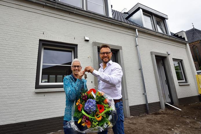 Peter Jakobs van Jawel Bouw overhandigt de sleutel aan Dianne Brouwers. Ze gaat in De Pastorie wonen.
