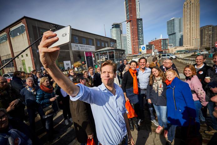 Premier Mark Rutte en lokale lijstrekker Vincent Karremans voeren campagne voor de gemeenteraadsverkiezingen op Katendrecht.