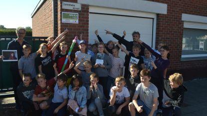 Kinderen geven straat nieuwe naam ter ere van vredesactiviste