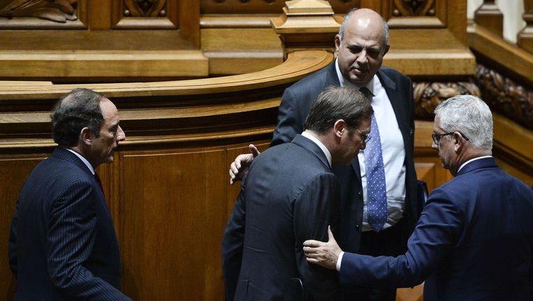 De Portugese premier Coelho en vicepremier Portas verlaten dinsdag het parlement na afloop van een debat. Beeld afp