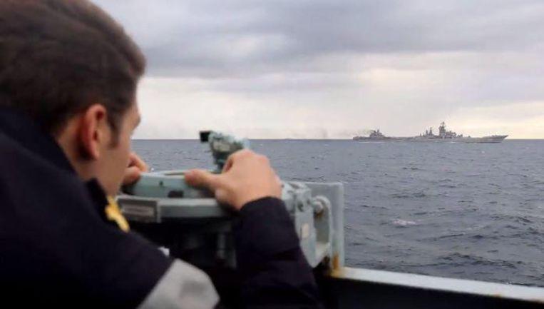 Britse mariniers houden het Russische vliegdekschip Admiral Kuznetsov in de gaten.