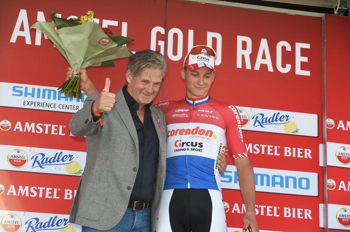 Mathieu van der Poel op het podium met koersdirecteur en voormalig bondscoach Leo van Vliet, bij wie Koos Moerenhout in de auto zat.