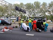 Auto gekanteld op de A15 bij Noordtunnel, volledige snelweg dicht richting Gorinchem