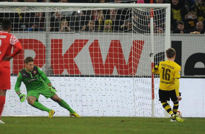 Unnerstall in actie met Fortuna Düsseldorf in een oefenwedstrijd met Borussia Dortmund.