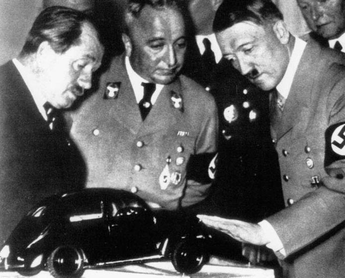 Ferdinand Porsche (links) , Adolf Hitler (rechts) en de VW Kever (midden)