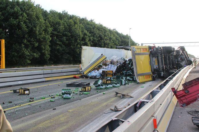 De vrachtwagen kantelde in een scherpe bocht.