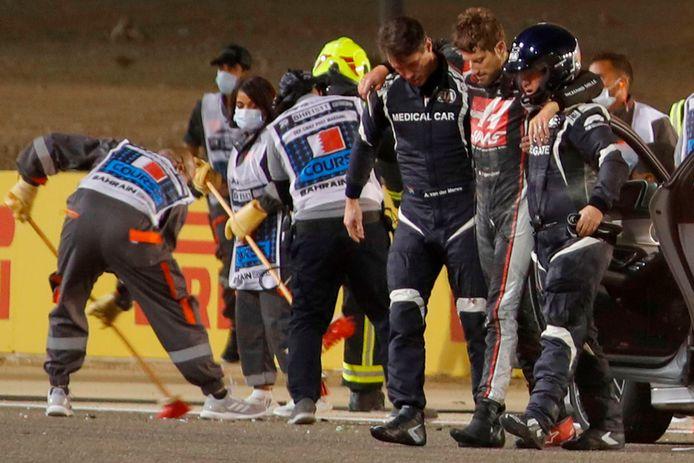 Romain Grosjean wordt na zijn crash afgevoerd.