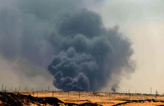 Rookwolken stijgen op uit de raffinaderij in Abqaiq, die getroffen werd door exploderende drones.