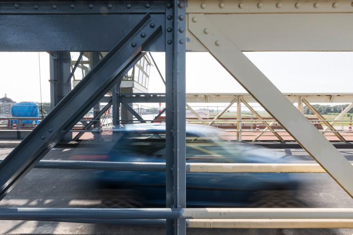 Na veel kritiek over 'half werk' wordt de Oude IJsselbrug in Zutphen alsnog volledig blauw geverfd.