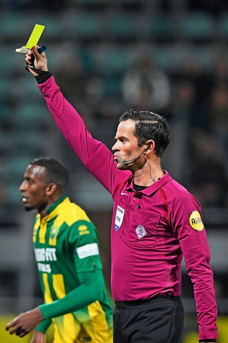 Bas Nijhuis trekt de gele kaart voor tijdrekken van keeper Robert Zwinkels van ADO. Beeld Guus Dubbelman / de Volkskrant