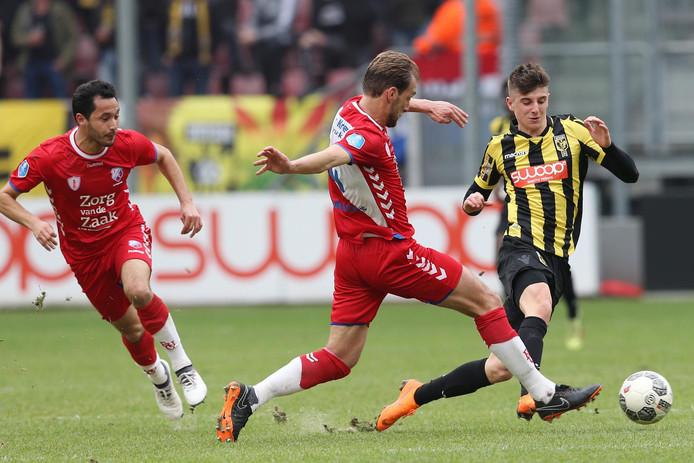 Mason Mount van Vitesse probeert eerder dit seizoen Willem Janssen van FC Utrecht uit te spelen.