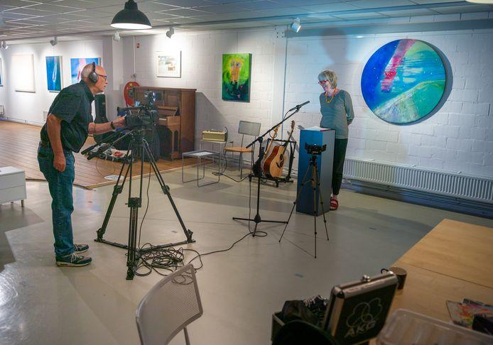 Beppie Lotterman filmt de 'digitale opening' van de expositie naar aanleiding van haar 25-jarig jubileum als kunstenares in galerie K26. Vanwege het coronavirus vindt de opening zonder publiek plaats.