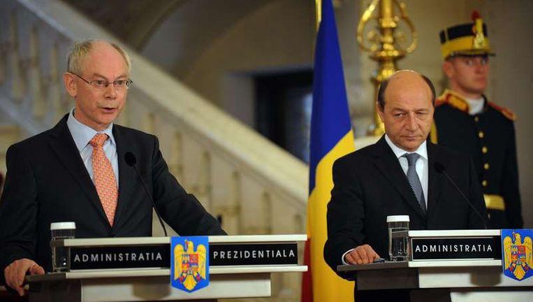 De Roemeense president Traian Basescu (r) luistert naar de president van de EU, Herman van Rompuy. Beeld null