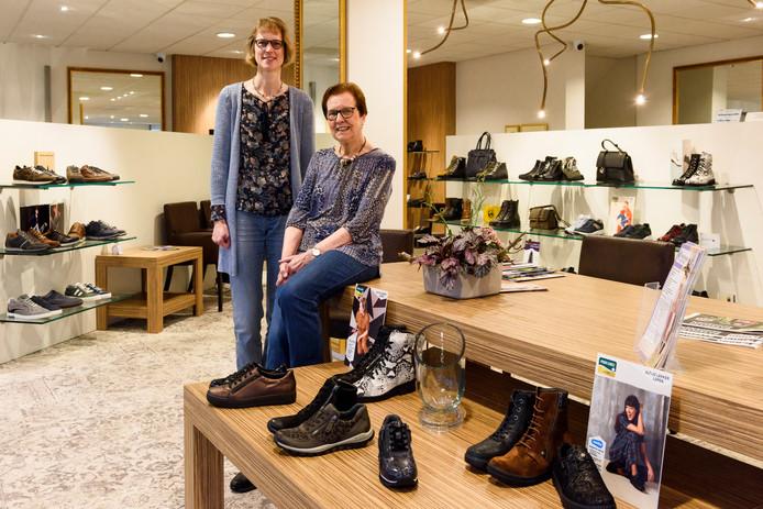 REUSEL - Carolien Basemans, samen met haar moeder in de winkel van Basemans Schoenen in Reusel.