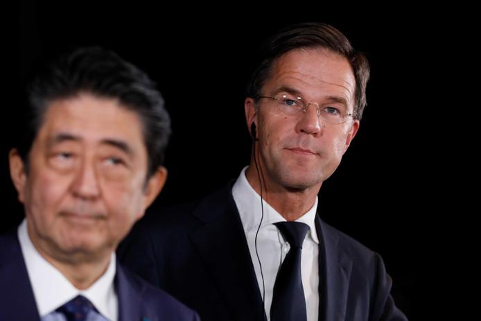 Minister-president Mark Rutte en minister-president Shinzo Abe van Japan tijdens een persconferentie op de Euromast in Rotterdam.
