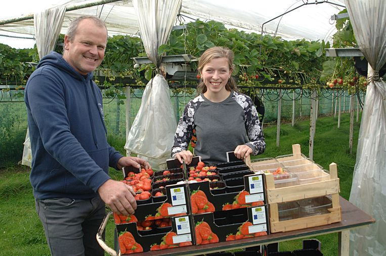 Philip Van Overbeke en zijn dochter Jorien heropenen de vaste winkel na wegenwerken.