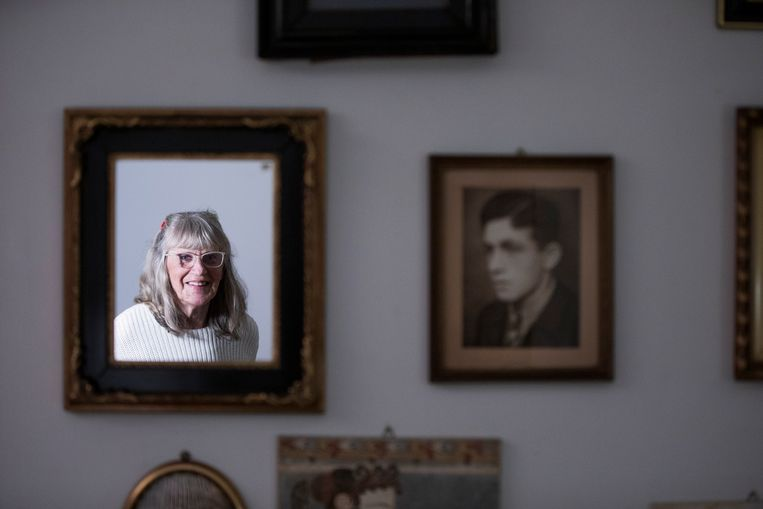 Monika Diederichs, gezien in een spiegel, met naast haar een oude foto van haar vader.  Beeld Freek van den Bergh