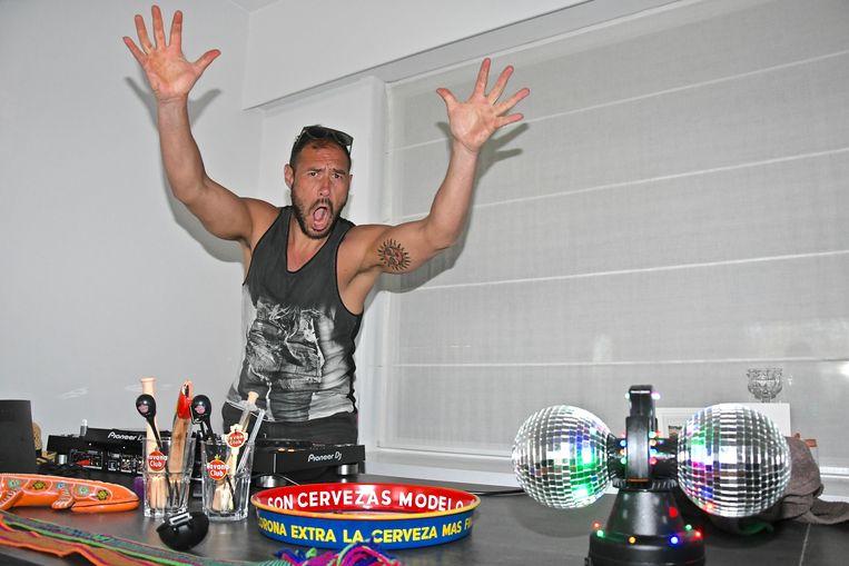 Altijd feest als dj Bobalicious ergens draait. Ook in z'n woonkamer tijdens coronatijden.