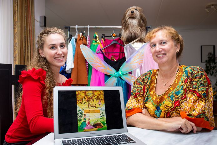 Nica Bonants-van der Windt (rechts) en Aranka Bonants van dansschool Dance with Joy.