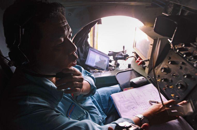 Een bemanningslid van een Vietnamees toestel dat deelneemt aan de zoekactie. Beeld AFP