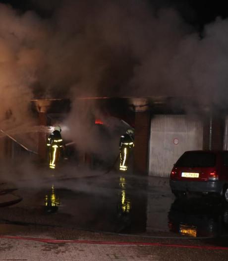 Grote brand bij garagebedrijf in Woudrichem, zes garageboxen verloren gegaan