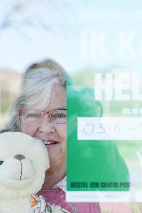 Groene posters voor het raam in Zevenaar: zij willen graag helpen