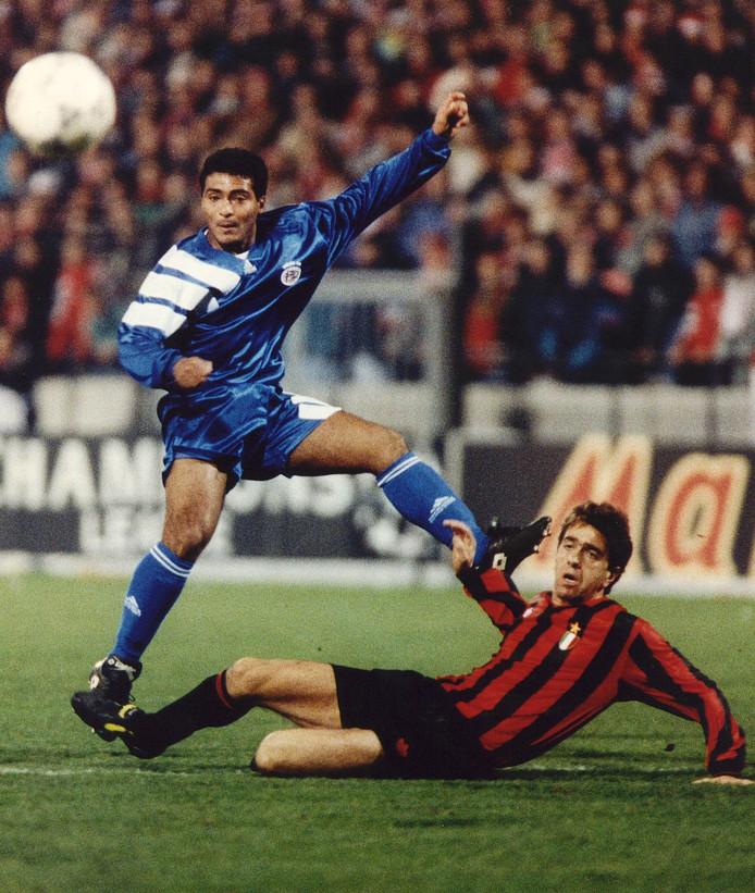 Romário schiet voordat Alessandro Costacurta van AC Milan bij de bal kan.
