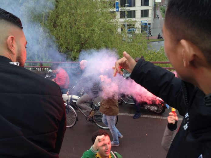 Vitesse-spelers bedanken de supporters langs de kant van de weg.