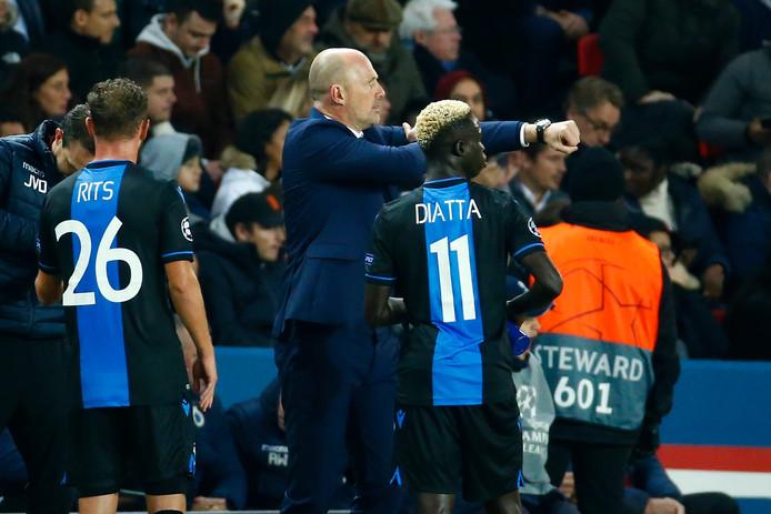 Philippe Clement montre le brassard de capitaine pour indiquer à Diagne que Vanaken doit tirer le penalty