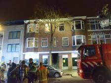 Zwaargewonde door woningbrand in Schilderswijk, brandweer doet onderzoek