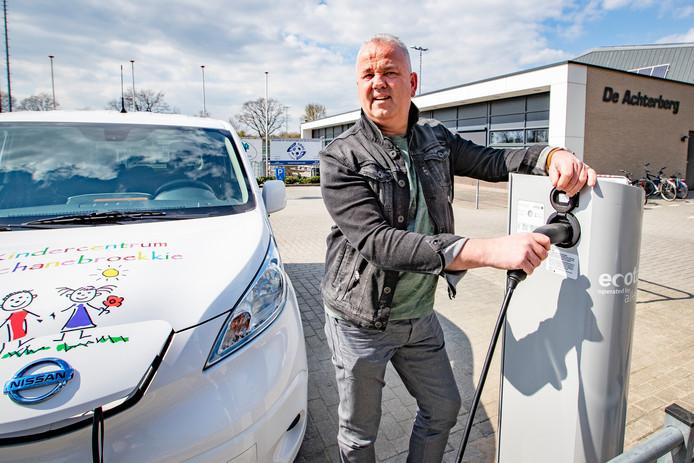 Sporthal De Achterberg in Luttenberg heeft de eerste laadpaal voor elektrische auto's in de openbare ruimte die via een speciale regeling door inwoners kon worden aangevraagd.