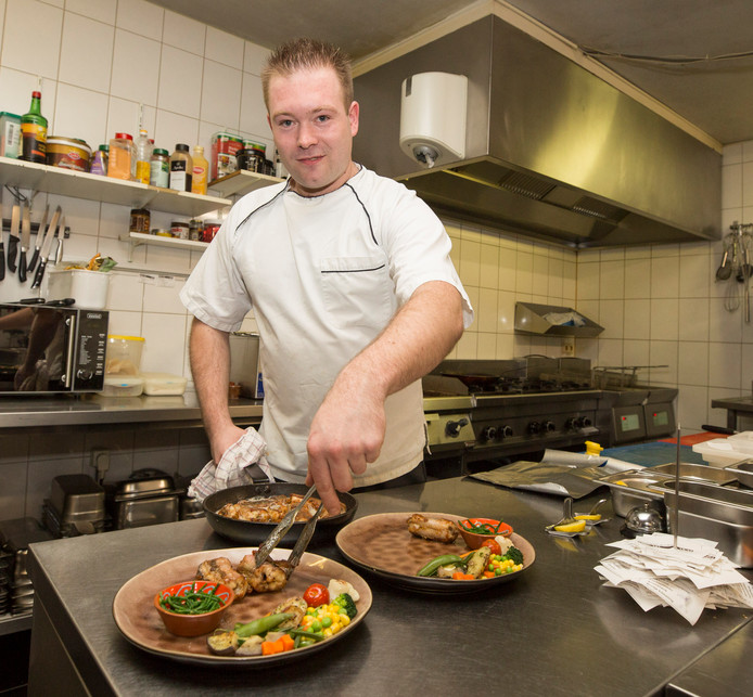 Kok Mischa Michels maakt het bord met paling op.