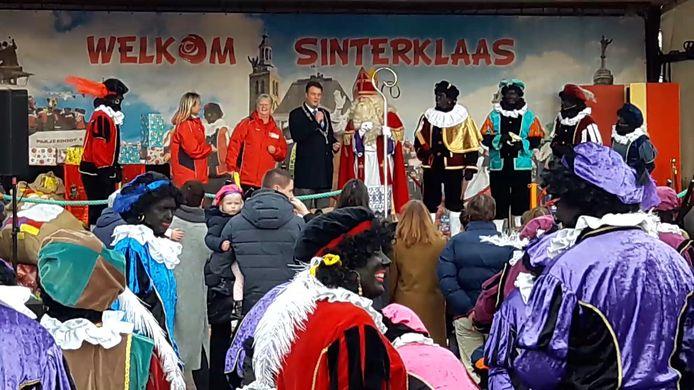 Burgemeester Han van Midden heet Sinterklaas welkom op het Kadeplein in Roosendaal.