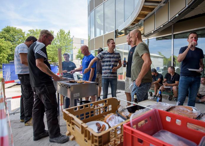 EINDHOVEN - Op de bouwplaats voor EY-accountants (vernieuwen van het gebouw) viert aannemer Huybregts Relou het begin van de bouwvak met een bbq